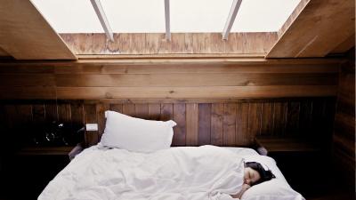 Meble do sypialni na poddaszu — jak wybierać meble do pomieszczenia ze skosami?
